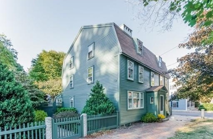 Home Tour: Walk Through All Hallows' Eve in this Historic Salem, MA Home1|classictasselsandmore.com